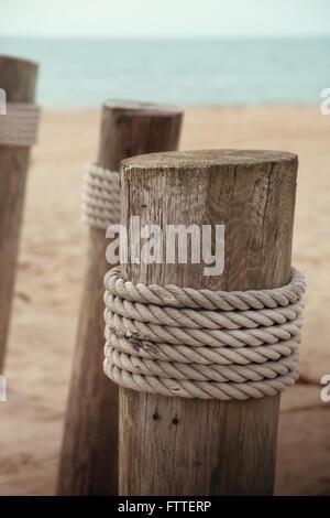 Posti di legno in spiaggia Immagini Stock