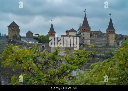 Veduta del castello di kamianets-podilskyi in Ucraina occidentale presi in una piovosa giornata d'autunno. Alberi Immagini Stock