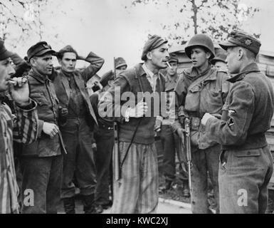 Liberato un prigioniero polacco (centro) di Dachau affronta una SS naziste trooper per maltrattamento dei detenuti. Immagini Stock