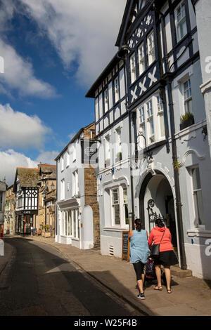 Regno Unito, Cumbria, York, Main Street, donne spingendo la PRAM passato Black Bull Inn Hotel Immagini Stock