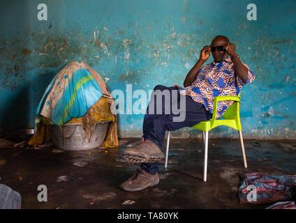 Senufo uomo in un burro di karité o karite fabbrica, Savanes distretto, Tcheregnimin, Costa d'Avorio Immagini Stock