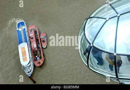 Fotografia del London Eye Pod guardando giù il fiume Tamigi barche REGNO UNITO Immagini Stock