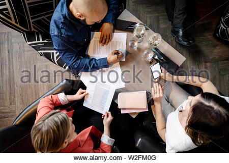 La gente di affari incontro nel ristorante Immagini Stock