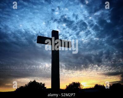 Una croce al tramonto in Vila Ruiva, Cuba, Portogallo Immagini Stock