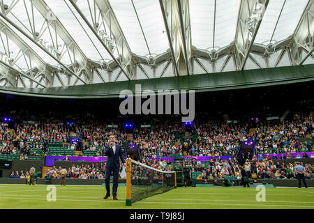 Londra, Regno Unito. Il 19 maggio 2019. Wimbledon Tennis Giocatori Day; Andrew Castle accoglie favorevolmente la folla e ammira il nuovo tetto chiuso sulla corte 1 Credito: Azione Plus immagini di sport/Alamy Live News Immagini Stock