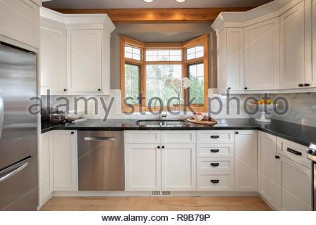 White home vetrina interno cucina con finestra di baia per montaggio sopra il lavello Immagini Stock