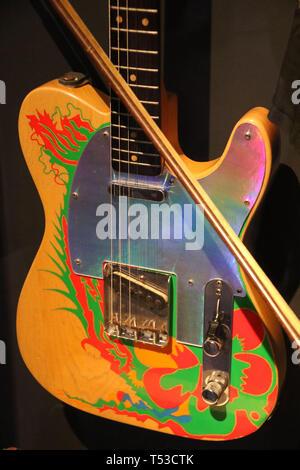 """Aprile 20, 2019 - New York, New York, Stati Uniti - 'Drago' Fender Telecaster chitarra elettrica con archetto di violino di proprietà di Jimmy Page sul display in """"Play forte: Strumenti di Rock and Roll' presentano presso il Metropolitan Museum of Art. La chitarra è stata un dono da Jeff Beck di Jimmy Page, che ha aggiunto opere d'arte. (Credito Immagine: © Nancy Kaszerman/ZUMA filo) Immagini Stock"""