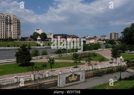 Vista del fiume Terek fluente attraverso di Vladikavkaz la città capitale della Repubblica del Nord Ossetia-Alania nel Nord Caucaso Distretto federale della Russia. Immagini Stock