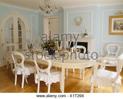 Crema Lungo Tavolo Ovale E Sedie Color Crema Con Cuscini Bianchi In Blu Pallido Paese Sala Da Pranzo Foto Stock Alamy