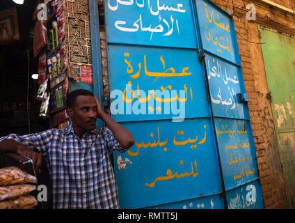Uomo sudanese nella parte anteriore del suo negozio nel mercato, Stato di Khartoum, Omdurman, Sudan Immagini Stock