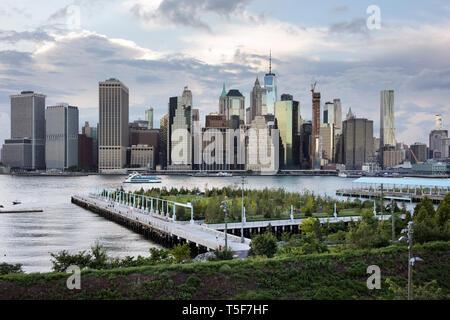 Vista in elevazione del Pier 3. L'East River e la New York del Lower Manhattan Financial District in background. Ponte di Brooklyn Park Pier 3, Brooklyn, Onu Immagini Stock