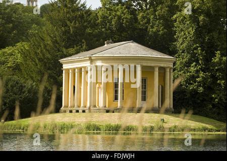 Il tempio della musica in un'isola nel lago a West Wycombe Park, Buckinghamshire. Il tempio ha un colonnato Immagini Stock