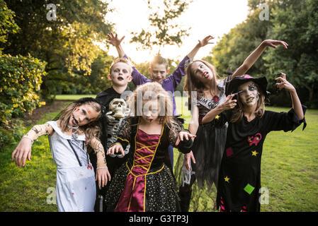 I bambini pongono in zombie costumi per la notte di Halloween. Immagini Stock