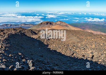 Sentiero escursionistico discese attraverso sharp rocce laviche dalla sommità del vulcano Teide (3718 m). Immagini Stock