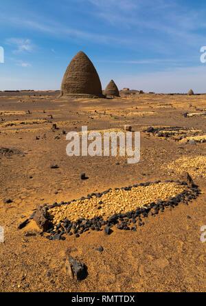 Tomba musulmana nella parte anteriore di un alveare di tombe, la Nubia, Old Dongola, Sudan Immagini Stock