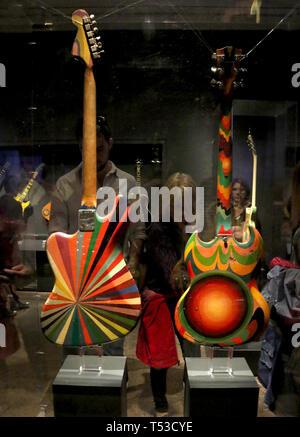 """Aprile 20, 2019 - New York, New York, Stati Uniti - Vista posteriore del (R) """"FOOL' Gibson SG Chitarra elettrica e (L) 'BASS VI """" Six String il parafango basso elettrico con artwork da Marijke Koger e Simon Posthuma utilizzato da crema, sul display in """"Play forte: Strumenti di Rock and Roll' presentano presso il Metropolitan Museum of Art. (Credito Immagine: © Nancy Kaszerman/ZUMA filo) Immagini Stock"""