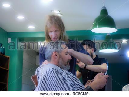 Barbiere cliente di taglio dei capelli Immagini Stock