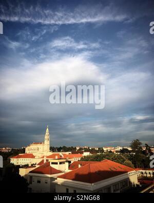 Una nuvola sulla nostra Signora del Rosario nel santuario di Fatima, Portogallo Immagini Stock