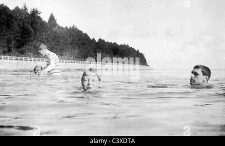 Prince Edward del Galles il nuoto. Osborne, Inghilterra, 1905 Immagini Stock