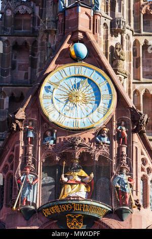 Orologio musicale sulla Frauenkirche (Chiesa di Nostra Signora), Norimberga (Nurnberg), Franconia, Baviera, Germania, Europa Immagini Stock