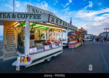 Vivacemente colorato parco di divertimenti a Worthing seafront in Inghilterra Immagini Stock