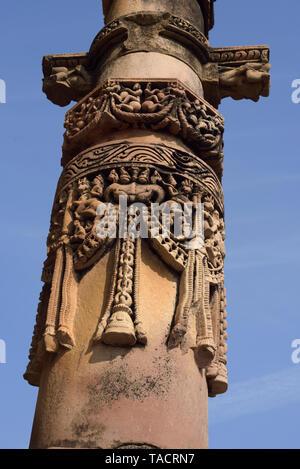 Incisioni sul pilastro del Tempio Ghantai, Khajuraho, Madhya Pradesh, India Asia Immagini Stock