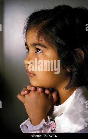 Ragazza giovane bambino orante il sig. © Myrleen Pearson ...Ferguson Cate Immagini Stock