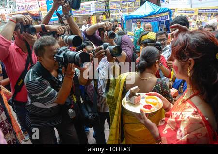 I fotografi scattano foto di donne con sindoor, West Bengal, India, Asia Immagini Stock