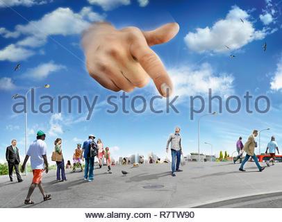 Grande mano nel cielo che puntano a uomo in piedi fuori dalla folla Immagini Stock