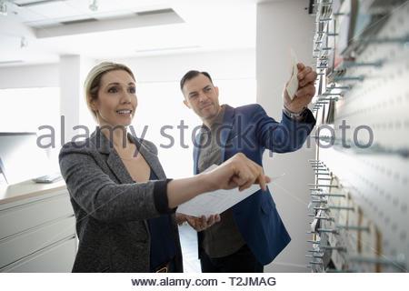 Interior designer guardando i campioni in design studio Immagini Stock