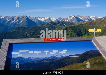 Scheda di informazioni con il panorama di montagna e le vette delle Alpi dello Zillertal, vista da Hohenstrasse Aurine, Zillertal, Tirolo, Austria Immagini Stock