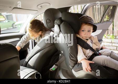 Baby boy figlio (18-23 mesi) seduti in auto Immagini Stock