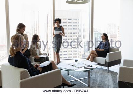 Imprenditrici riunione in ufficio urbano lounge Immagini Stock