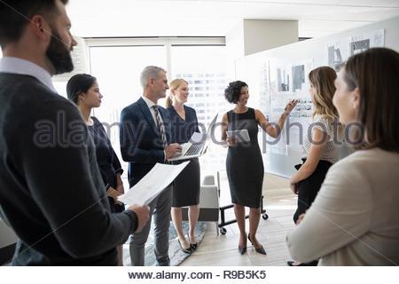 Riunione degli architetti, rivedendo blueprint in office Immagini Stock