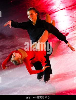 Coppia russa Yekaterina Bobrova e Dmitry Soloviev che ha terminato quarto nella danza su ghiaccio al Cup della Russia Immagini Stock