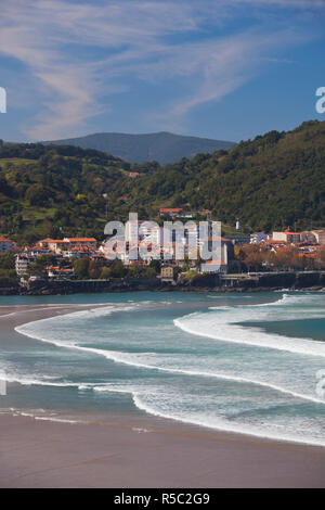 Spagna, Paese Basco regione, provincia di Vizcaya, Mundaka, uno dell'Europa grande surf destinazioni, la città e la spiaggia Immagini Stock