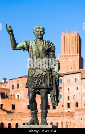 La statua dell'imperatore Traiano con il Foro di Traiano e di mercato per la parte posteriore, Roma, Lazio, l'Italia, Europa Immagini Stock