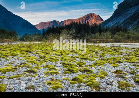 Serata autunnale in Romsdalen, Møre og Romsdal, Norvegia. La montagna blånebba è in background. Immagini Stock