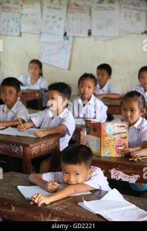 Gli allievi in aula, scuola elementare, Vang Vieng, Provincia di Vientiane, Laos, Indocina, Asia sud-orientale, Immagini Stock
