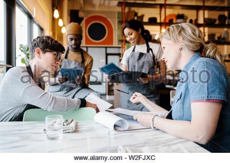 Manager e server incontro nel ristorante Immagini Stock