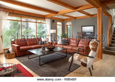 Home Vetrina interno soggiorno con divani in pelle e cuoio poltrona Immagini Stock