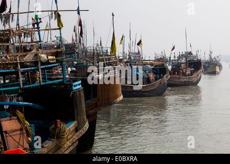 Barche da pesca ancorata in un porto in Bangladesh Immagini Stock