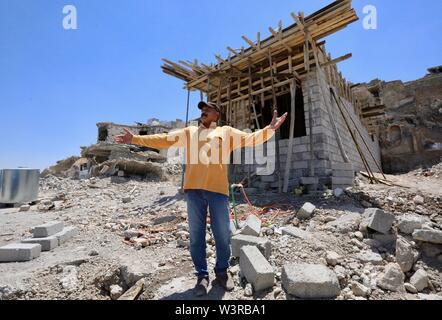(190717) -- di Mosul, luglio 17, 2019 (Xinhua) -- Firas Khalid sorge davanti a casa sua in costruzione nella città vecchia a Mosul, Iraq, 14 luglio 2019. La guerra per liberare l Iraq di Mosul da uno Stato islamico (SI) gruppo militante ha ottenuto la vittoria per due anni, ma le sue gravi impatti ancora pesare sui residenti della città. Un grassroots campagna di raccolta fondi è stato avviato in cinese social media con schiacciante solidarietà, puntando a portare speranza alla guerra-ridden famiglie in Iraq di Mosul. Per andare con 'Funzione: Cinese grassroots donazioni portare speranza alla guerra-ridden famiglie in Iraq le Mosu Immagini Stock