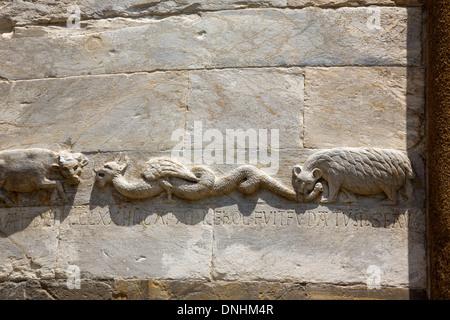 Dettaglio del carving sulla parete, la Torre Pendente di Pisa e Piazza dei Miracoli a Pisa, Toscana, Italia Immagini Stock