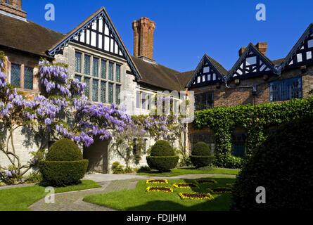 Il cortile al Baddesley Clinton, Warwickshire, guardando verso il Gatehouse gamma e il magnifico salone grande finestra. Immagini Stock