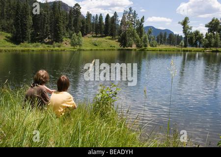 Due ragazzi la pesca sul bordo di un lago, Durango, Colorado, STATI UNITI D'AMERICA Immagini Stock