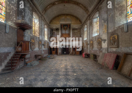 Vista interna di una chiesa abbandonata in Belgio. Immagini Stock