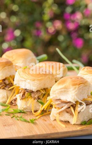 Ricetta Del Pane Hawaiano.Carne Di Maiale Kalua Cursori Sul Dolce Pane Hawaiano Verde Con Le Cipolle E Le Carote Foto Stock Alamy