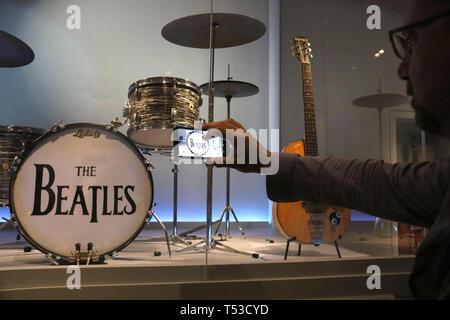 """Aprile 20, 2019 - New York, New York, Stati Uniti - Un museo goer prende una foto di Ringo Starr e i Beatles, 4 pezzo LUDWIG DRUM SET sul display in """"Play forte: Strumenti di Rock and Roll' presentano presso il Metropolitan Museum of Art. (Credito Immagine: © Nancy Kaszerman/ZUMA filo) Immagini Stock"""