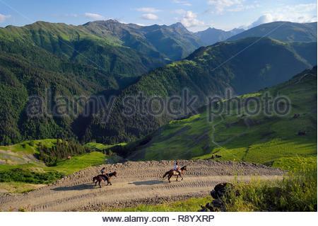 La Georgia, Kakheti, Tusheti National Park, Georgiano cavalieri sulla Bochorna trail (2345 metri) il più alto centro abitato del paese e uno dei più alti in Europa Immagini Stock